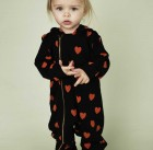 Hooded onesie in black with red hearts printed all over02